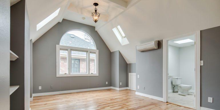 20_Upper Level-Master Suite-Bedroom-1